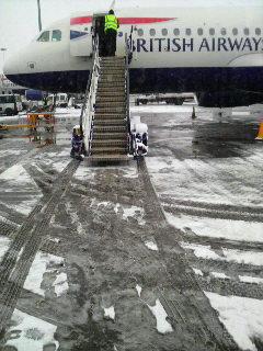 雪が積もるヒースロー空港に着く